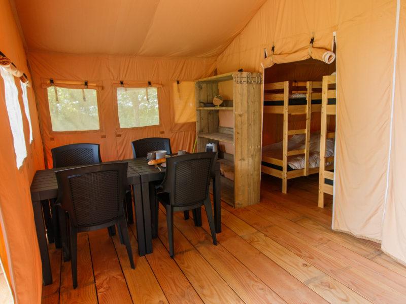 Inrichting woonkamer safaritent - Recreatiepark Westerkwartier, glamping.nl