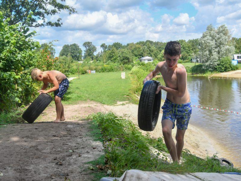 Kinderen spelen bij water - Westerkwartier