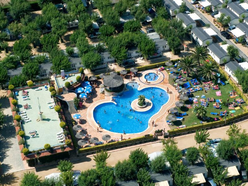 Overzicht zwembad - Villatent La Masia, Glamping.nl