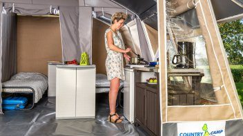 Keuken lodgetent deluxe - Country Camp Begur, Glamping.nl