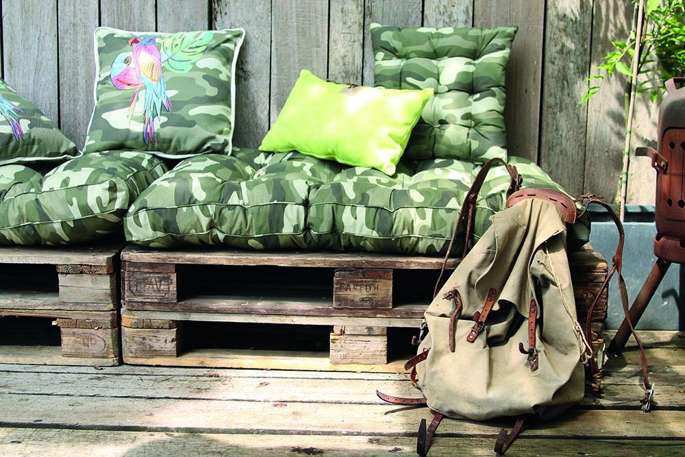 Pallet met tuinkussens - haal het glampinggevoel naar je eigen tuin