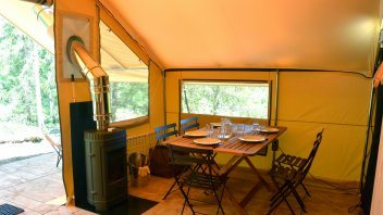 Inrichting safaritent Trappeur - Huttopia Camping Rambouillet, glamping.nl