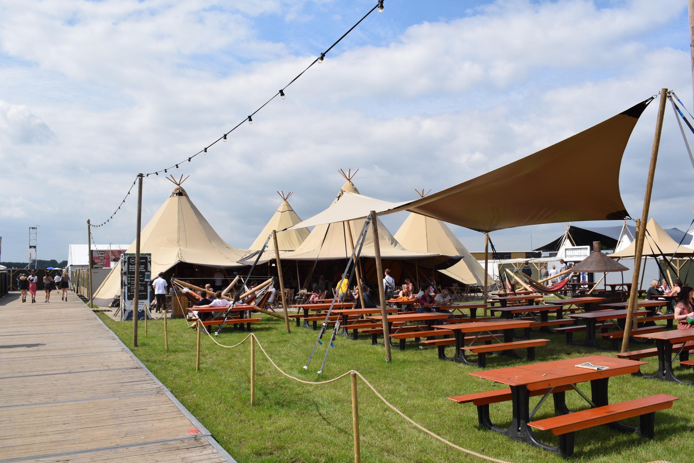 Gllampcamp Deluxe binnenplaats Campsolutions Lowlands