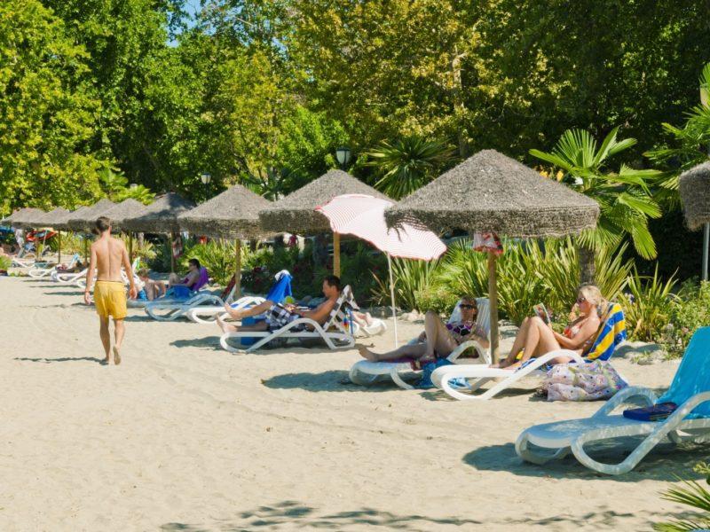 Relaxen op het strand bij Cisano San Vito