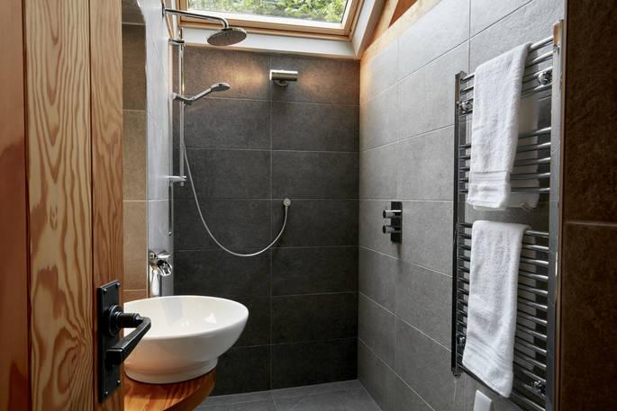 Badkamer (2) Oakdown Treehouse via Glamping.nl