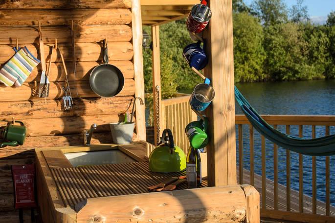 Keuken The Raft of Chigborough via Glamping.nl