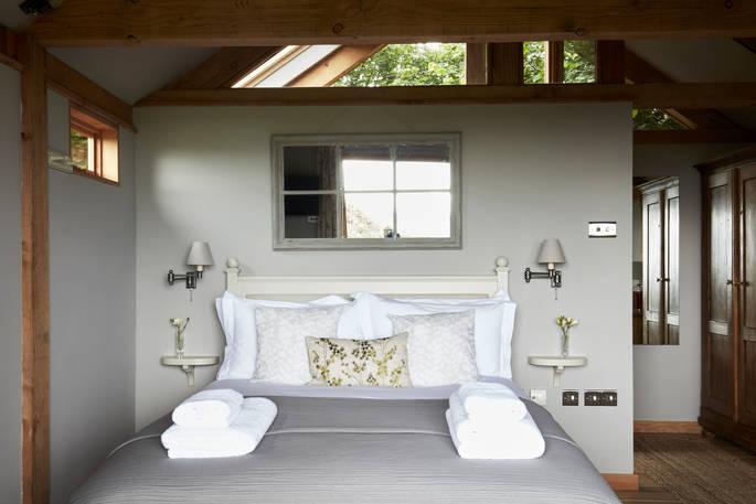 Slaapkamer (2) Oakdown Treehouse via Glamping.nl