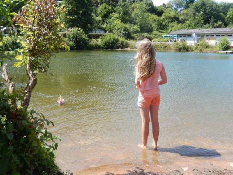 Meisje bij het meer - Glamping Donnersberg