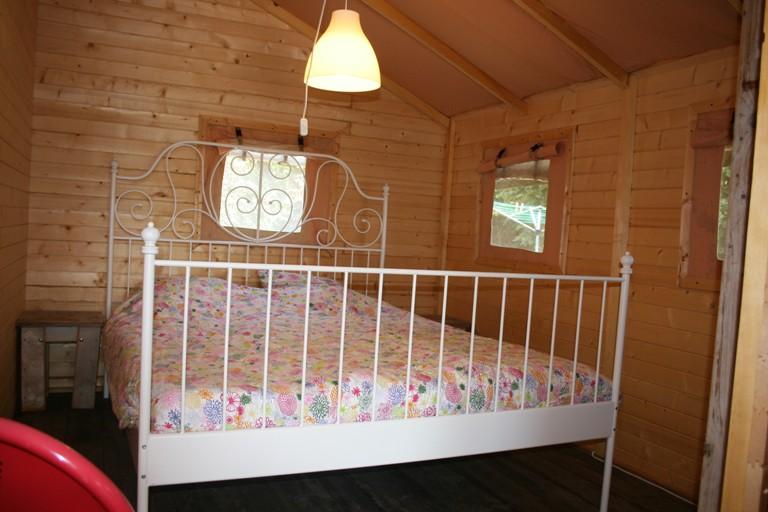 Slaapkamer ouders safaritent - Glamping Domaine des Hirondelles